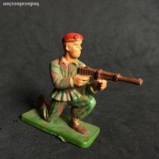 Figuras de Goma y PVC: MUÑECO FIGURA SOLDADO PARACAIDISTA BOINA ROJA STARLUX ORIGINAL AÑOS 60 FRANCIA FRANCES. Lote 138107926