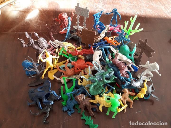 Figuras de Goma y PVC: Lote 70 piezas Oeste Comansi Indios Vaqueros Totems Cáctus Carteles Caballos - Foto 2 - 138833762