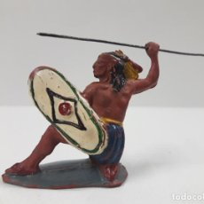 Figuras de Goma y PVC: GUERRERO INDIO RODILLA EN TIERRA . REALIZADO POR PECH . AÑOS 50 EN GOMA. Lote 138961914