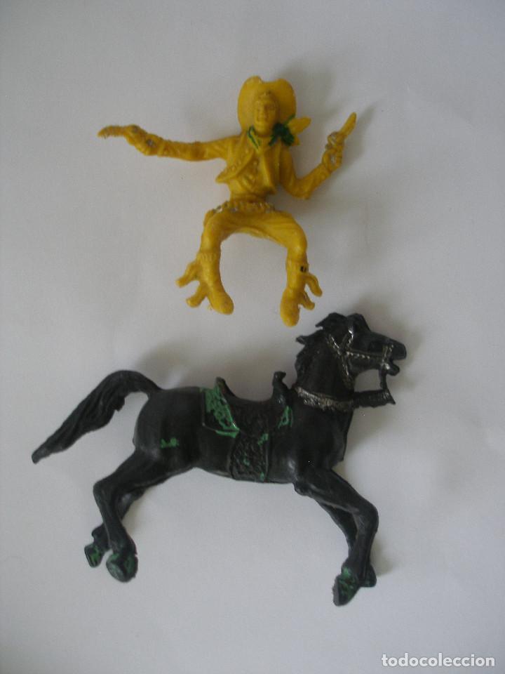 Figuras de Goma y PVC: Vaquero pistolero a caballo años 60 - 70 - Foto 4 - 139036186