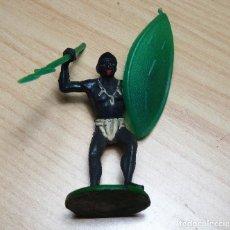 Figuras de Goma y PVC: FIGURA GUERRERO AFRICANO NEGRO CON LANZA Y ESCUDO GOMA DURA GAMA ´Ó PECH AÑOS 50. Lote 139099514