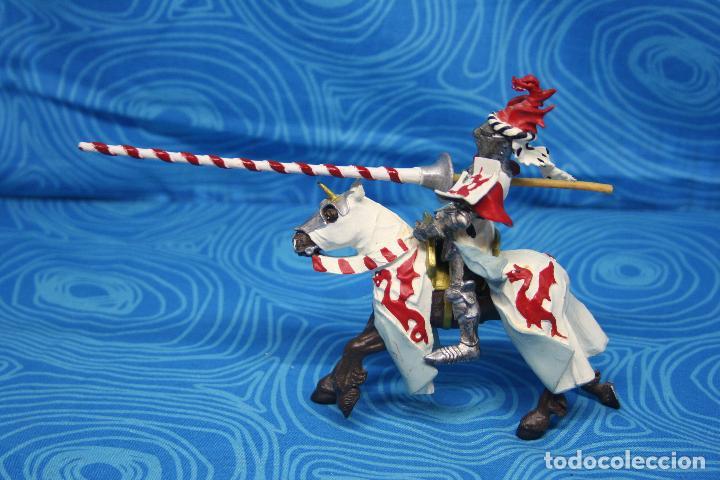 Figuras de Goma y PVC: FIGURA CABALLERO MEDIEVAL DRAGON ROJO CON CABALLO Y LANZA DE PLASTOY - Foto 3 - 139209302