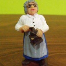Figuras de Goma y PVC: FIGURA PVC GOMA DURA ANCIANA MOLIENDO CAFÉ - BULLY. Lote 140186654
