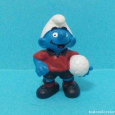 Figuras de Goma y PVC: PITUFO - ORIGINAL SCHLEICH - FUTBOLISTA. Lote 140272352