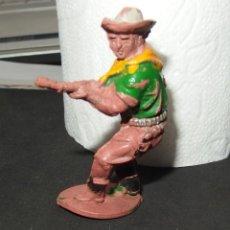 Figuras de Goma y PVC: VAQUERO CON RIFLE,DE LAFREDO,GOMA,AÑOS 50. Lote 140296878