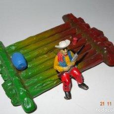 Figuras de Goma y PVC: ANTIGUO VAQUERO COWBOY EN BALSA DE GOMA PINTADO A MANO DE SOTORRES - TIPO PECH JECSAN REAMSA. Lote 141147722