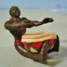 Figuras de Goma y PVC: NATIVO AFRICANO TOCANDO TAMBOR. FIGURA EN GOMA. ARCLA. AÑOS 50.. Lote 143414002