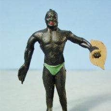 Figuras de Goma y PVC: NATIVO AFRICANO CON ESCUDO. FIGURA EN GOMA. ARCLA. AÑOS 50.. Lote 143604690