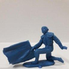 Figuras de Goma y PVC: TORERO DE RODILLAS DANDO UN PASE AL NATURAL . REALIZADO POR JECSAN . EN PLASTICO MONOCOLOR. Lote 144601358