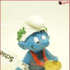 Figuras de Goma y PVC: PIT 48 - PITUFOS SMURFS PEYO - SCHLEICH AM LIMES 69 GERMANY 2011 - PITUFO CAMPEON MEDALLA ORO. Lote 145277530