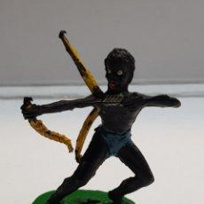 Figuras de Goma y PVC: LAFREDO ÁFRICA MISTERIOSA INDÍGENA CON ARCO GOMA ESCASO. Lote 146742317