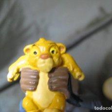 Figuras de Goma y PVC: RAFIKI Y SIMBA REY LEÓN 10 CM DE ALTO EN PERFECTO ESTADO. Lote 147091250