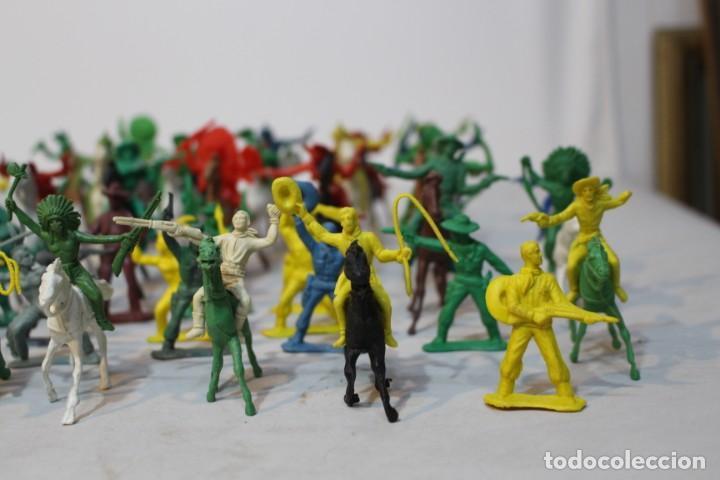 Figuras de Goma y PVC: 154 figuras de indios, vaqueros, caballería, soldados, piratas,vikingos y romanos. Años 60 - Foto 3 - 147609366