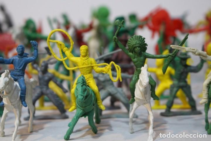 Figuras de Goma y PVC: 154 figuras de indios, vaqueros, caballería, soldados, piratas,vikingos y romanos. Años 60 - Foto 4 - 147609366
