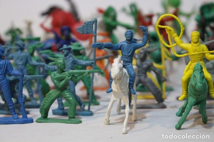 Figuras de Goma y PVC: 154 figuras de indios, vaqueros, caballería, soldados, piratas,vikingos y romanos. Años 60 - Foto 5 - 147609366