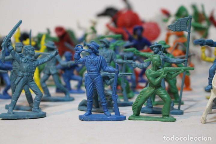 Figuras de Goma y PVC: 154 figuras de indios, vaqueros, caballería, soldados, piratas,vikingos y romanos. Años 60 - Foto 6 - 147609366