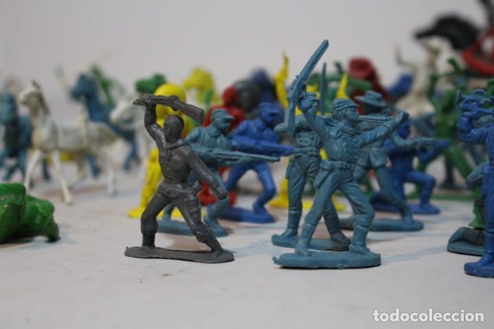 Figuras de Goma y PVC: 154 figuras de indios, vaqueros, caballería, soldados, piratas,vikingos y romanos. Años 60 - Foto 7 - 147609366