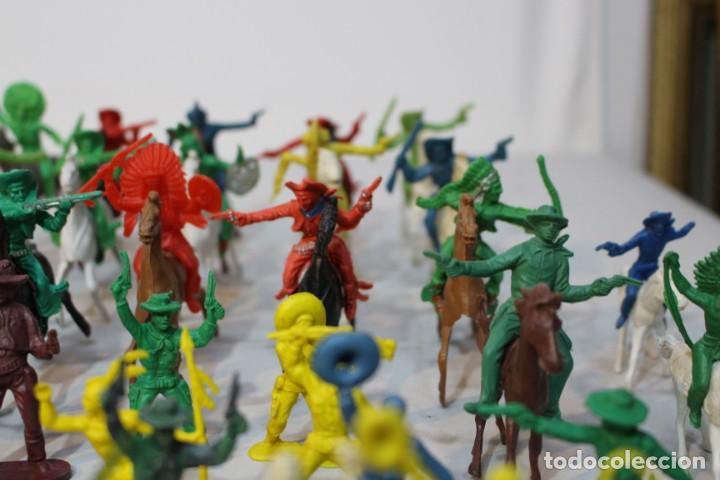 Figuras de Goma y PVC: 154 figuras de indios, vaqueros, caballería, soldados, piratas,vikingos y romanos. Años 60 - Foto 10 - 147609366