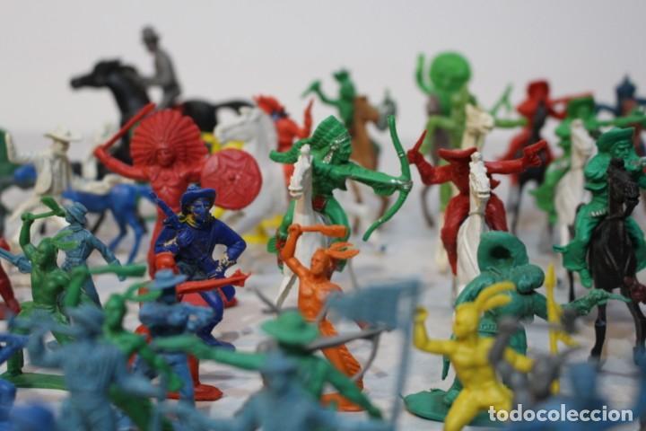 Figuras de Goma y PVC: 154 figuras de indios, vaqueros, caballería, soldados, piratas,vikingos y romanos. Años 60 - Foto 11 - 147609366