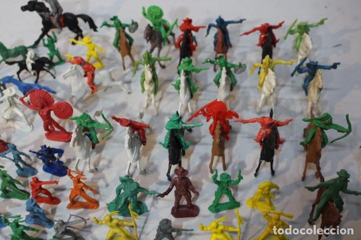 Figuras de Goma y PVC: 154 figuras de indios, vaqueros, caballería, soldados, piratas,vikingos y romanos. Años 60 - Foto 12 - 147609366
