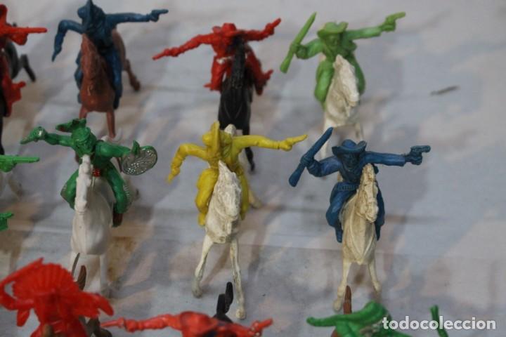 Figuras de Goma y PVC: 154 figuras de indios, vaqueros, caballería, soldados, piratas,vikingos y romanos. Años 60 - Foto 13 - 147609366