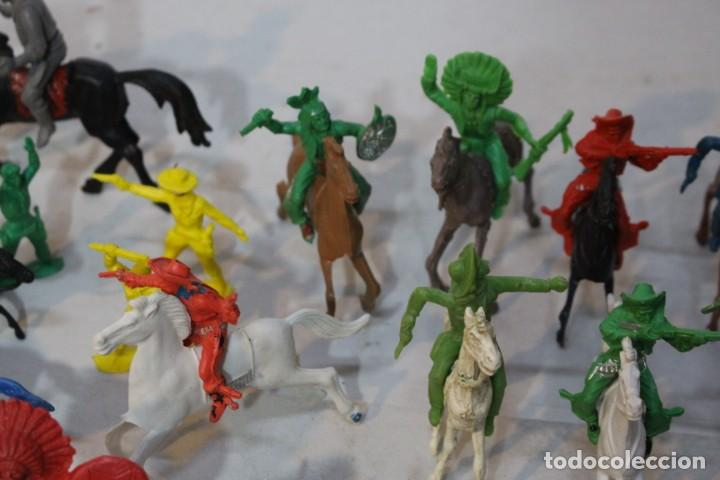 Figuras de Goma y PVC: 154 figuras de indios, vaqueros, caballería, soldados, piratas,vikingos y romanos. Años 60 - Foto 14 - 147609366