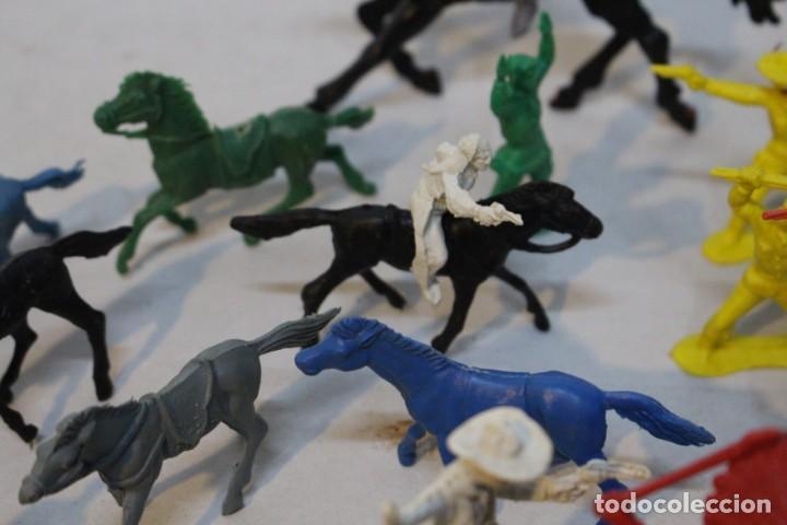 Figuras de Goma y PVC: 154 figuras de indios, vaqueros, caballería, soldados, piratas,vikingos y romanos. Años 60 - Foto 16 - 147609366
