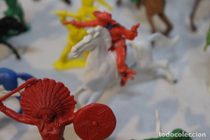 Figuras de Goma y PVC: 154 figuras de indios, vaqueros, caballería, soldados, piratas,vikingos y romanos. Años 60 - Foto 17 - 147609366