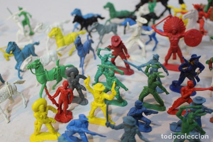 Figuras de Goma y PVC: 154 figuras de indios, vaqueros, caballería, soldados, piratas,vikingos y romanos. Años 60 - Foto 18 - 147609366