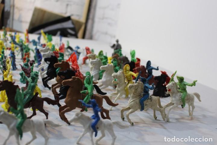 Figuras de Goma y PVC: 154 figuras de indios, vaqueros, caballería, soldados, piratas,vikingos y romanos. Años 60 - Foto 23 - 147609366