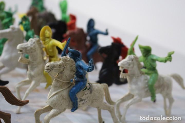 Figuras de Goma y PVC: 154 figuras de indios, vaqueros, caballería, soldados, piratas,vikingos y romanos. Años 60 - Foto 24 - 147609366