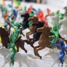 Figuras de Goma y PVC: 154 FIGURAS DE INDIOS, VAQUEROS, CABALLERÍA, SOLDADOS, PIRATAS,VIKINGOS Y ROMANOS. AÑOS 60. Lote 147609366