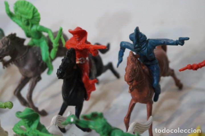 Figuras de Goma y PVC: 154 figuras de indios, vaqueros, caballería, soldados, piratas,vikingos y romanos. Años 60 - Foto 25 - 147609366