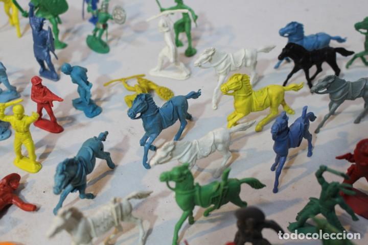 Figuras de Goma y PVC: 154 figuras de indios, vaqueros, caballería, soldados, piratas,vikingos y romanos. Años 60 - Foto 28 - 147609366