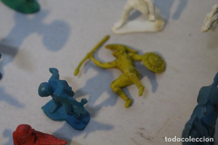 Figuras de Goma y PVC: 154 figuras de indios, vaqueros, caballería, soldados, piratas,vikingos y romanos. Años 60 - Foto 30 - 147609366
