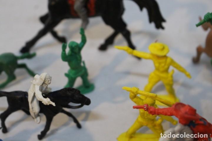 Figuras de Goma y PVC: 154 figuras de indios, vaqueros, caballería, soldados, piratas,vikingos y romanos. Años 60 - Foto 31 - 147609366