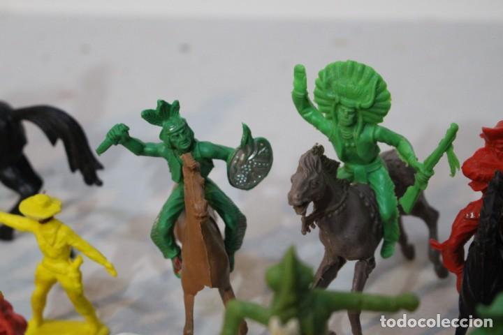 Figuras de Goma y PVC: 154 figuras de indios, vaqueros, caballería, soldados, piratas,vikingos y romanos. Años 60 - Foto 32 - 147609366