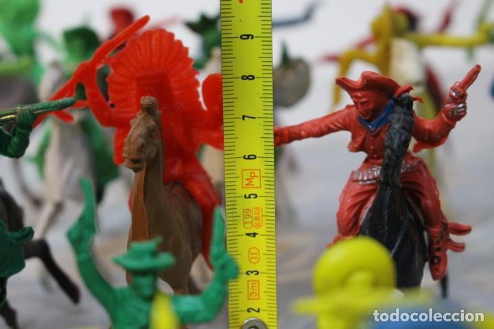 Figuras de Goma y PVC: 154 figuras de indios, vaqueros, caballería, soldados, piratas,vikingos y romanos. Años 60 - Foto 34 - 147609366
