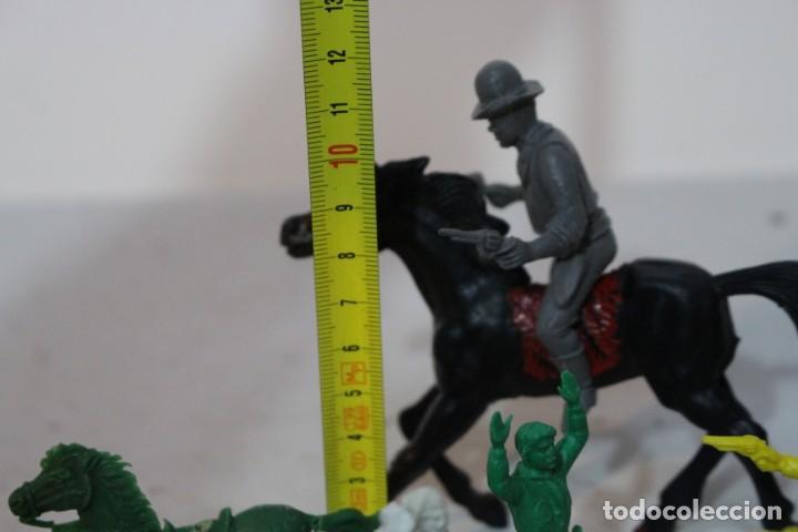 Figuras de Goma y PVC: 154 figuras de indios, vaqueros, caballería, soldados, piratas,vikingos y romanos. Años 60 - Foto 35 - 147609366