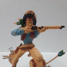 Figuras de Goma y PVC: VAQUERO - COWBOY EN POSICION DE DISPARO SOBRE BARRIL . REALIZADO POR LAFREDO . AÑOS 60 . . Lote 147917958