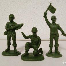 Figuras de Goma y PVC: ATLANTIC 1/32: 3 SOLDADOS DE ANTI TANQUES. AÑOS 70. PTOY. Lote 148096006
