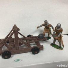 Figuras de Goma y PVC: LOTE CATAPULTA CON DOS MEDIEVALES DE REAMSA - CASTILLO MEDIEVAL REY ARTURO VIKINGOS NORMANDOS . Lote 148111366