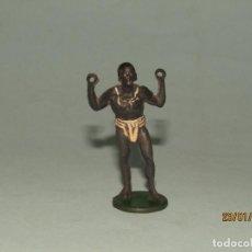 Figuras de Borracha e PVC: ANTIGUA FIGURA DE GUERRERO AFRICANO EN GOMA PINTADA DE GAMA. Lote 148354110