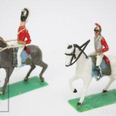 Figuras de Goma y PVC: 2 FIGURAS DE PLÁSTICO - SOLDADOS INGLESES A CABALLO - AÑOS 50-60 - MEDIDAS 11 X 4 X 11,5 CM. Lote 148895106