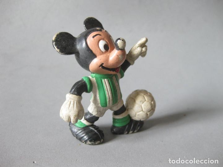 Figuras de Goma y PVC: FIGURA DE PVC DE MICKEY MOUSE JUGADOR DE FUTBL DEL BETIS - CMICS SPAIN - Foto 2 - 148930066