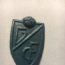 Figuras de Goma y PVC: PIN DE PLÁSTICO ESCUDO GRANADA CLUB DE FÚTBOL. Lote 148976238