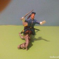 Figuras de Goma y PVC: SOLDADO FEDERAL CAYENDO DEL CABALLO. Lote 149239574