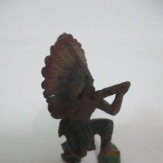 Figuras de Goma y PVC: INDIO, ARRODILLADO - POSIBLE TEIXIDOR- GOMA - AÑOS 60. Lote 150211098