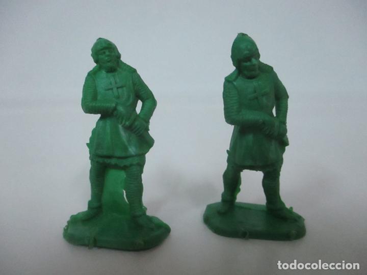 2 SOLDADOS MEDIEVALES - PLÁSTICO, GOMA - AÑOS 70 (Juguetes - Figuras de Goma y Pvc - Comansi y Novolinea)