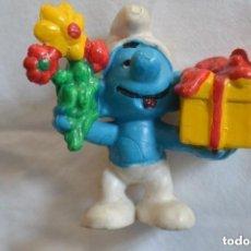 Figuras de Goma y PVC: FIGURA GOMA PVC PITUFO CON REGALOS. Lote 150615346